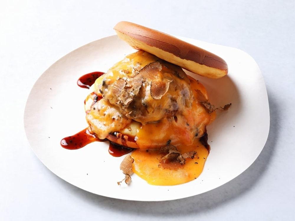ダブル仙台牛ハンバーグとフレッシュトリュフのTUYAPANダブルチーズバーガー